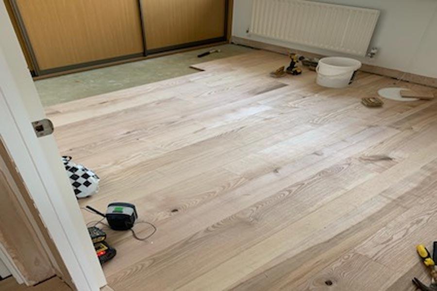 Fitting oak flooring boards